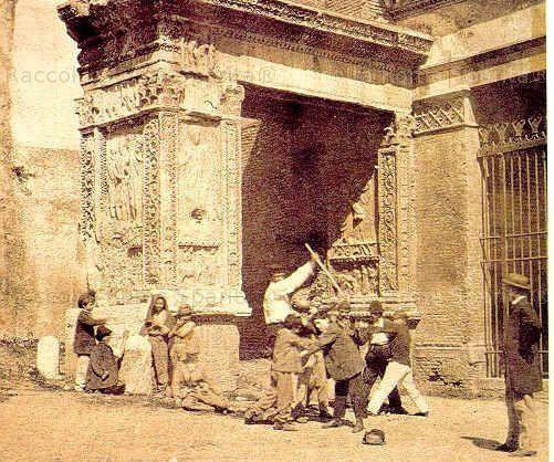 Bambini che giocano – Arco degli Argentari e sulla destra la Chiesa di San Giorgio al Velabro Anno: 1852/1890
