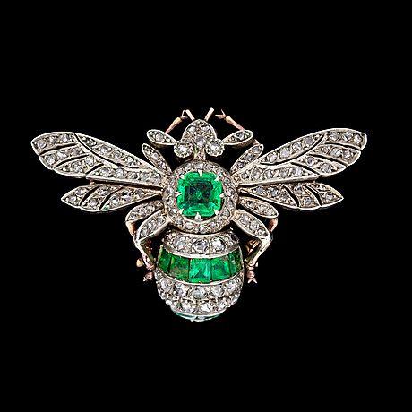 BROSCH, smargader samt rosenslipade diamanter, i form av fluga, ca 1900.. - Vårens Klassiska auktion, Stockholm 568 – Bukowskis