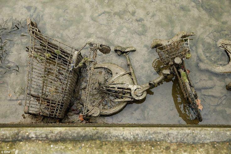 В ходе работ были обнаружены невероятные находки – на дне лежали старые радиоприемники, тележки из магазинов, куча велосипедов, самокатов и даже мотоциклы.  |  #париж  #франция  #сенмартен  #интересное
