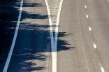 De Antwerpse ring van bovenaf gefotografeerd  De Antwerpse ring, waarschijnlijk het hatelijkste stuk weg in België. Dagelijks heeft het tienduizenden bezoekers. En toch staat het op zo weinig foto's.  Niet dat ik zelf zo'n fan ben van dit stukje asfalt. Zelf sta ik er regelmatig vast. Maar er is een bepaalde abstracte esthetiek die me aantrekt. Strakke lijnen en een sterk contrast tussen het donkere ruige asfalt en de witte strepen. Een praktisch kunstwerk.