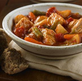 Carne de cerdo y vegetales cocidos lentamente, con salsa de hierbas para pasta. Deliciosa comida de un solo plato