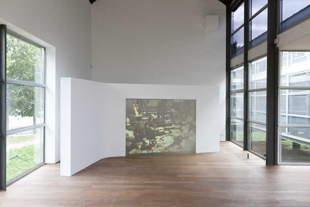 Aernout Mik, Middlemen (2001).© Jordi Huisman, Museum De Paviljoens