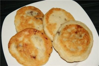 Hoddeok - корейские лепешки (оладьи) с орехово-карамельной начинкой Для теста:  1 стакан теплой воды или молока,  2 стакана пшеничной муки,  2 ч.л. сухих дрожжей,  2 ст.л.сахара,  1 ст. л. растительного масла,  соль.   Для начинки:  2 ст.л. грецких орехов (либо миндальных лепестков или орехов пекан) - помолоть или раздавить молоточком,  1/4 стакана коричневого сахара,  1 ч.л. корицы.