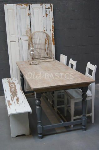 Eettafel 20003 - Brocante houten eettafel met een donker-grijs onderstel. Het blad heeft een mooie geleefde uitstraling, de tafel poten hebben sierlijke ronde vormen.