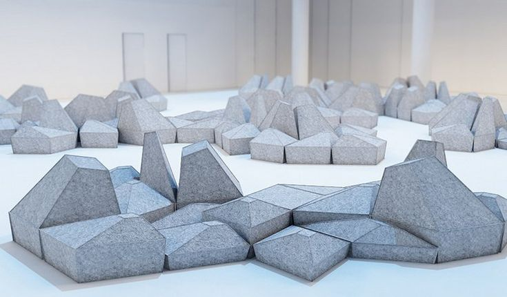 coussins de sol composables en forme de cristaux gris clair- Les Angles via Smarin