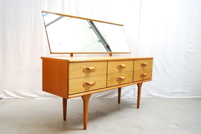 Top 3 #woonspullen op zondag   #1 #vintage teakhouten dressoir (#Deens #design – jaren 60). Het #dressoir kan met #spiegel tot make-up tafel getransformeerd worden! Wij zijn fan!
