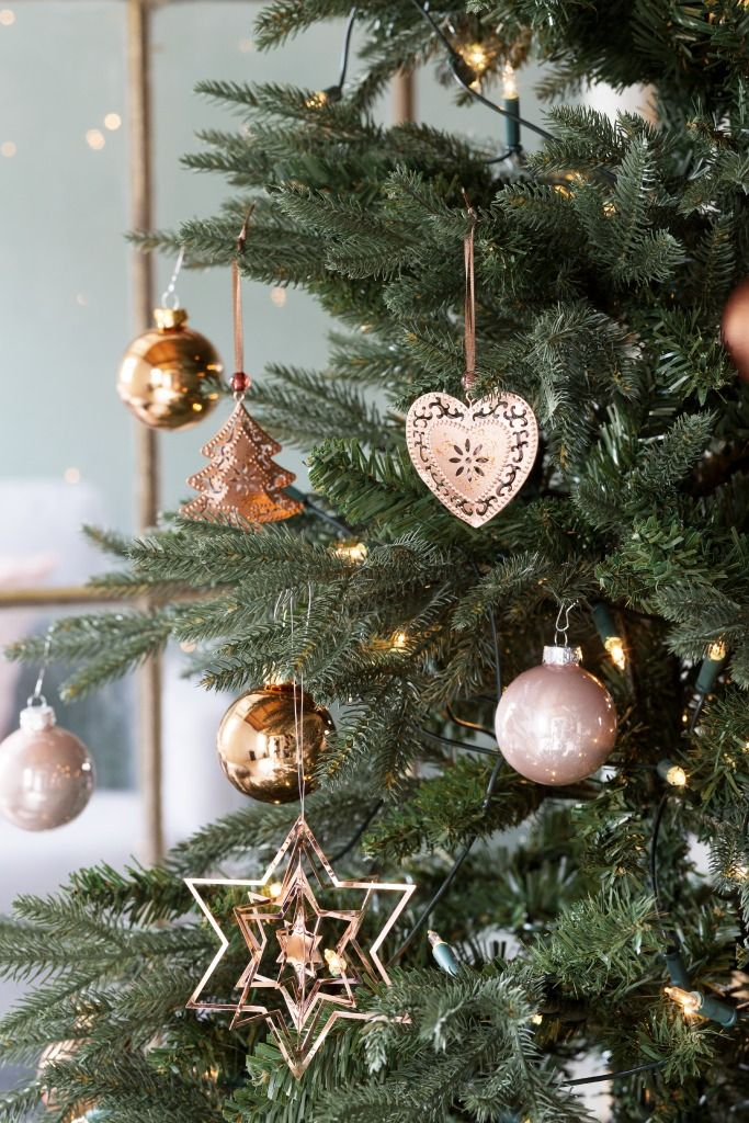 KARWEI | Koperkleurige versiering geeft de boom een warme uitstraling.