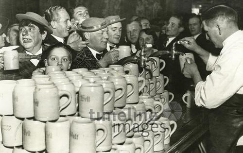 """""""Neue Welt"""" Berlin, 1933 Timeline Classics/Timeline Images #30er #30s #Berlin #Erfrischung #Durst #Getränk #trinken #Drinks #drink #thirsty #durstig #historisch #historical #traditional #traditionell #retro #nostalgic #Nostalgie #Bierkrug #Maßkrug #Maß #Third #Reich #Drittes"""