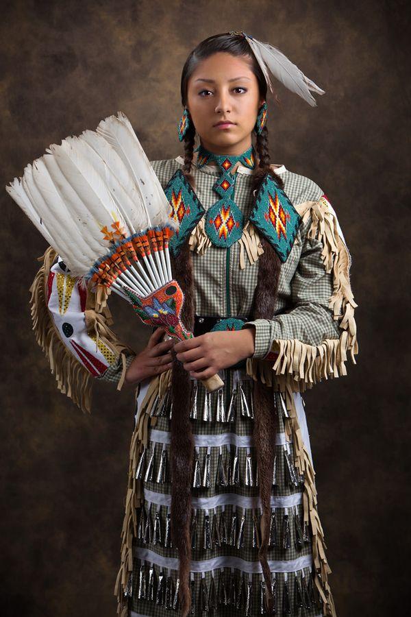 Nativa Americana y su traje de danza