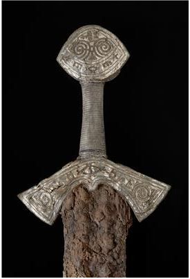VIKING SWORD DISCOVERED IN NORWAY OSLO, NORWAY—A sword from the late Viking Age has been discovered in a burial in Langeid, a village in southern Norway.