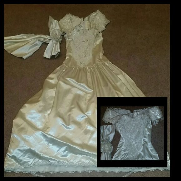 Jessica Mcclintock Gunne Sax white wedding dress Vintage: Silk and lace - worn once.  The net underneath the dress has a slight tear, can easily be mended. Jessica McClintock Dresses