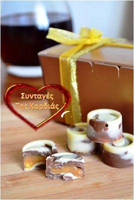 Δίχρωμα σοκολατάκια, γεμιστά με καραμέλα γάλακτος http://syntageskardias.blogspot.gr/2013/12/blog-post_16.html