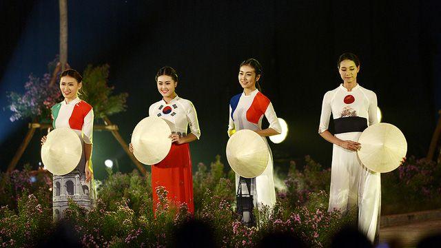 Ca sĩ Thanh Lam thăng hoa cùng Festival Áo dài Hà Nội 2016