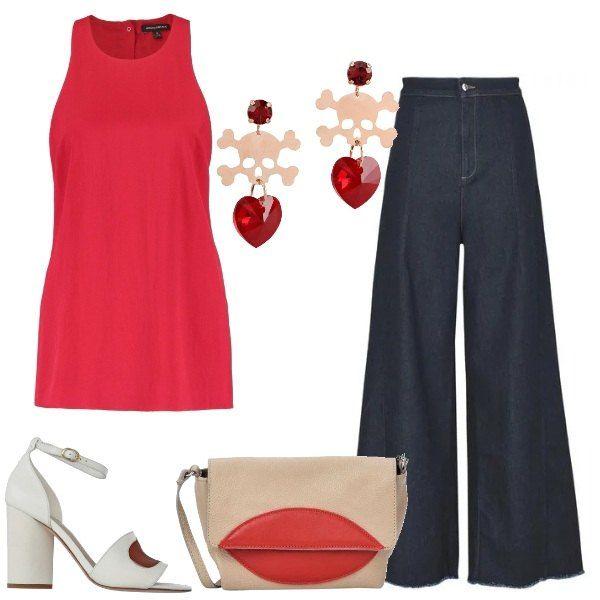 Abbigliamento casual, per un pomeriggio o una serata informale: un semplice top rosso è abbinato a jeans a zampa, a vita alta elasticizzati, sandali con tacco largo bicolori, borsa piccola bicolore e orecchini di ottone con strass completano l'outfit.