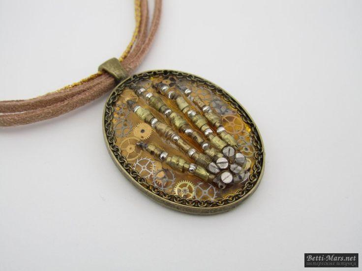 Оригинальный кулон в стиле Стимпанк на замшевом шнуре с золотистой тесьмой