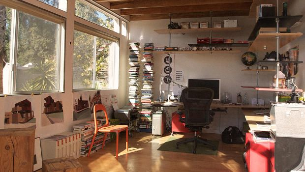the pinned article is about freelancing, but let's talk about DAT DESK.