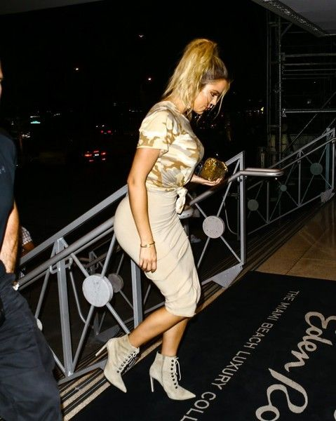 Khloe Kardashian Photos Photos - Reality star Kim Kardashian is spotted leaving her hotel in Miami, Florida with her husband Kanye West, Scott Disick, Kourtney Kardashian, Khloe Kardashian and Jonathan Cheban on September 15, 2016. - The Kardashian Family and Friends Go Out in Florida