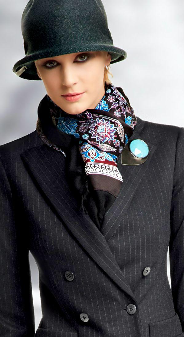 Emporio Armani,  sombreros oscuros para invierno y colores más claros para los meses de primavera y verano.
