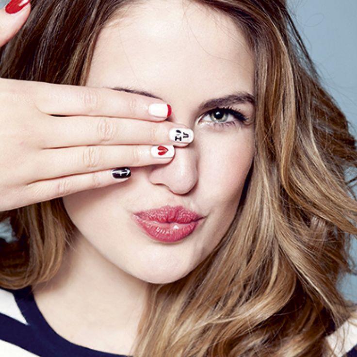Een klassieke rode nagel is perfect voor elke dag, maar op Valentijn mogen je nagels net dat tikje meer hebben. Volg de tutorial hieronder, en je bent helemaal date proof op 14 februari.