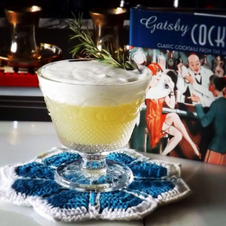 """""""Nome do Cocktail. Gatsby"""" Receita Vodka, Espumante, Infusão Mel com Limão Siciliano, Purê de Uvas Claras, Alecrim, Espuma aromática, """"Ação do Cocktail. Adstringente, Carminativa, Estimula a circulação, diaforética."""""""