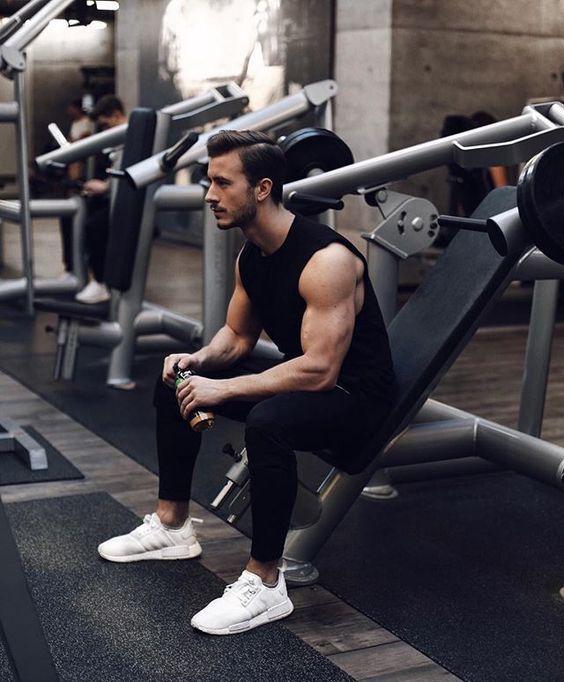 Roupa de Treino Masculina, Athleisure, Roupa de Academia. Macho Moda - Blog de Moda Masculina: Roupa de Academia Masculina: 5 Dicas para se Vestir para Treinar, Regata Preta, Calça Skinny preta, Adidas NMD Branco