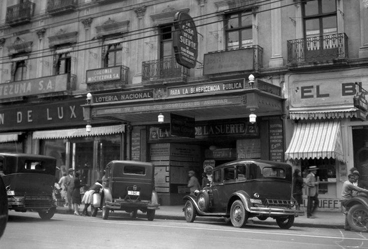 Un expendio de la Lotería Nacional y otros negocios en la avenida San Juan de Letrán, hoy el Eje Central, hacia 1930. En el lugar que ocupó este edificio ahora se encuentra la Torre Latinoamericana; del lado izquierdo se alcanza a ver un anuncio de la compañía que fraccionó la colonia Moctezuma.