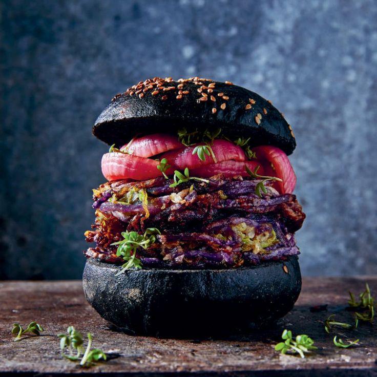 Kohl-Kohle-Burger mit eingelegten roten Zwiebeln und Kresse