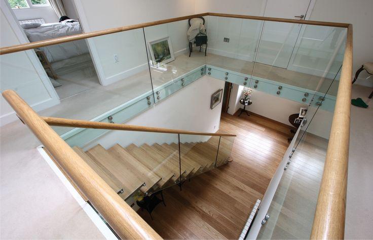 Escalier  Suspendu droit, marches en bois, gardecorps en verre