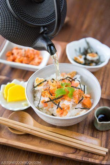 【レシピ】 材料:ごはん、焼き塩鮭1切れ、ぶぶあられ(細かく砕いたもの)小さじ1、刻みのり小さじ1、白いりごま小さじ1/4、三つ葉2本、わさび少々 茶漬けだし材料:だし1カップ、みりん小さじ1、しょうゆ小さじ1、塩小さじ1/8 作り方:ごはんの上にほぐした焼き鮭をのせ、ぶぶあられ、ちぎった三つ葉、刻みのりを散らしてだしか緑茶のお好きな方をかけて頂きます。緑茶をかけた後に、お好みで小さじ1/2の醤油を振りかけてもOK。