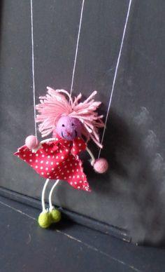 Zelf een marionet maken om een poppenkast voorstelling mee te geven.