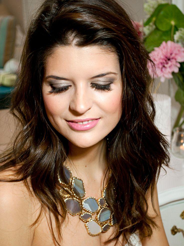 Hoy os traigo un vídeo tutorial con el paso a paso de este bonito maquillaje de ojos ahumado en dorado y chocolate que es perfecto para las fiestas.