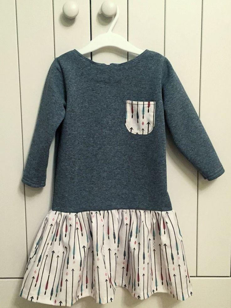 Śliczna sukienka dla małej dziewczynki - góra z szarej dzianiny dresowej a dół i kieszonka z zadrukowanego w strzałki kretonu - wzór znajdziecie tutaj: http://cottonbee.pl/tkaniny/etno/5059-strzalki-male.html  Dla wszystkich chcących  uszyć taką sukienkę polecamy świetny tutorial: http://www.uszyjmimamo.pl/tutorial-dresowa-sukienka/