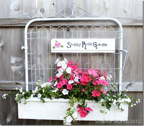 So cute!: Gardens Ideas, Shabby Flowers, Gardens Gates, Chic Interiors, Shabby Stories, Flowers Boxes, Planters Boxes, Gardens Junk, Old Gates