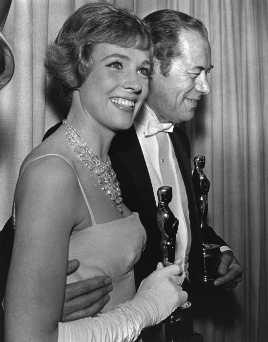 "Rex Harrison, (n. 5 de marzo de 1908 - m. 2 de junio de 1990) The 37th Annual  Academy Awards Ceremony 1965: Julie Andrews won the Best Actress Oscar for ""Mary Poppins,"" seen here  with  Rex Harrison Best Actor Oscar for  ""My Fair Lady""  1964. Though uncredited, Andrews also provided voices for two additional characters in the film: the whistling robin and one of the animated Pearly singers."