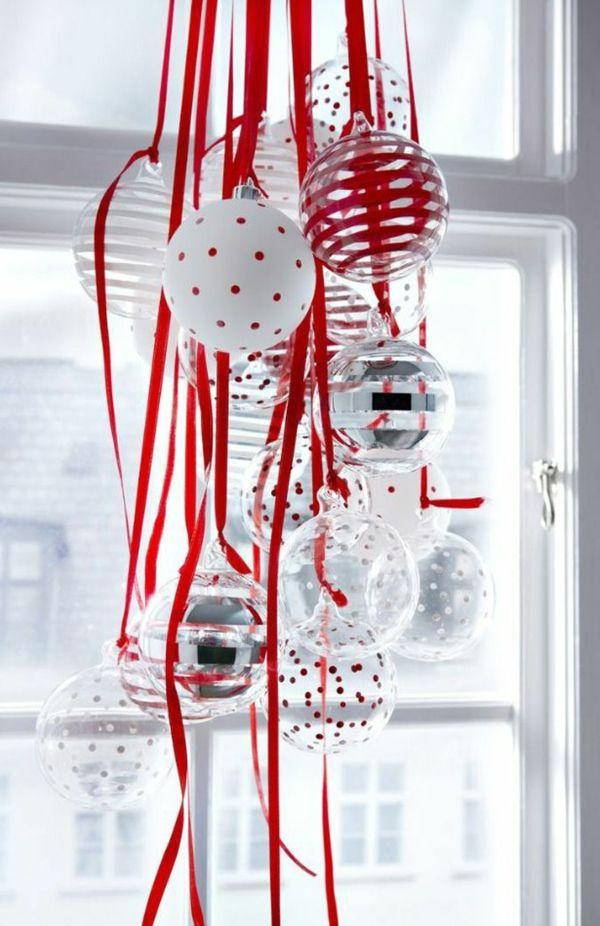 fensterdeko für weihnachen bündel von weihnachtskugeln