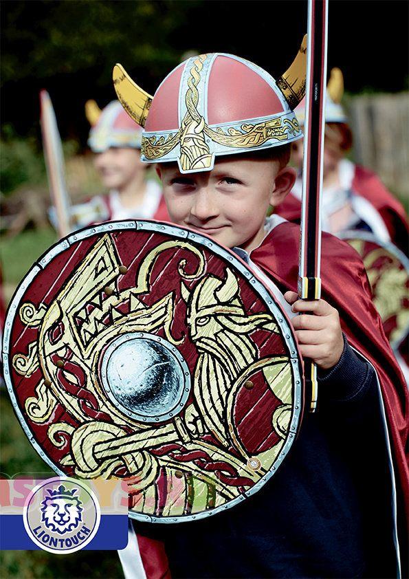 Карнавальный костюм викинга с топориком Карнавальный костюм викинга позволит Вашему ребенку выделиться на Новогоднем утреннике или другом аналогичном мероприятии. Костюм включает: щит викинга карнавальный; меч викинга с красной или синей рукоятью; шлем викинга карнавальный; плащ викинга карнавальный; топор викинга карнавальный.