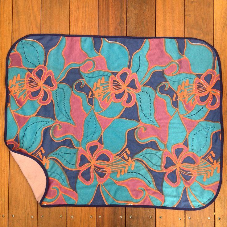 Knætæppe til min mormor.  Jeg har dekoreret stoffet med pyntesømme fra Husqvarna Viking Topaz og leget med stinglængde og -bredde, så stingene bliver smallere ud mod spidsen af bladene. Jeg har tynd fleece på bagsiden og quiltet de to lag samme med en pyntesøm rundt om nogle af bladene.