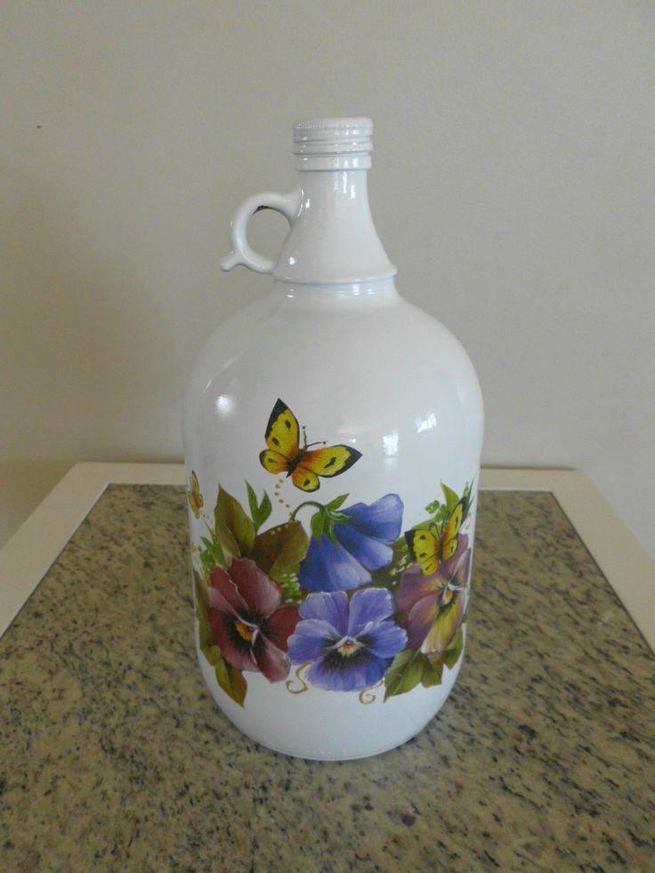 Garrafa antiga de vinho pintada e decorada com decoupage.