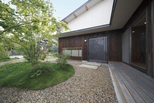 四季を眺める美しい家 アプローチ|重量木骨の家 選ばれた工務店と建てる木造注文住宅