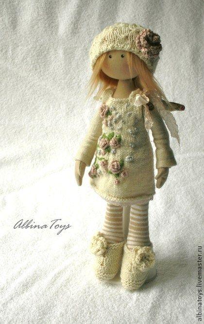 Ангел Мила.. Ангелок из цветочной серии, Мила, исполнена в розово-молочной гамме, немного зеленого.Стоит с подставкой, сидит уверенней в опорой, ручки гнутся. Съемные: платье, крылья, обувка.шапочка Аксессуары: подставка.