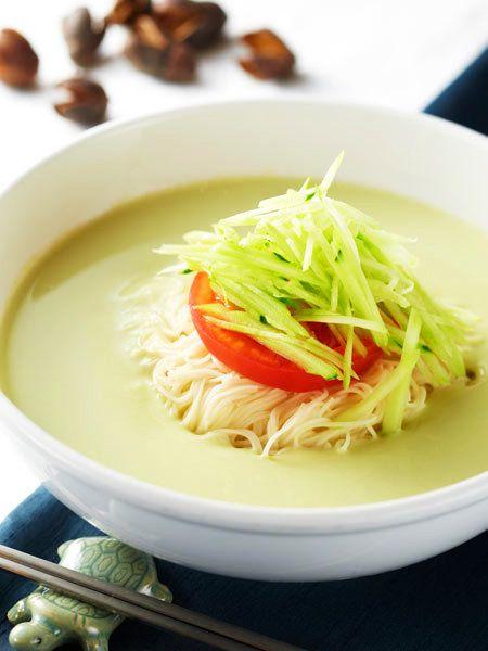 韓国の一般家庭では大豆を煮て日常的に作られている豆乳。植物性たんぱく質に富んだ栄養価の高い豆乳スープの冷麺を、たっぷりの夏野菜とともにいただく夏料理。|『ELLE a table』はおしゃれで簡単なレシピが満載!
