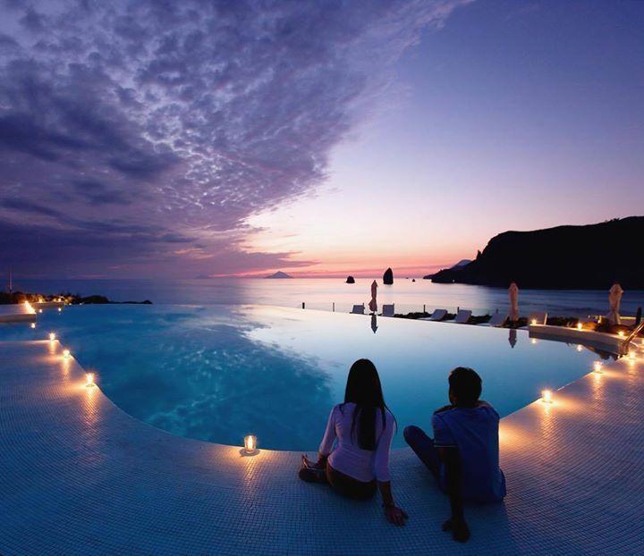 Comparateur de voyages http://www.hotels-live.com : Therasia Resort Sea & Spa - Sicile Italie Quand je regarde les hôtels siciliens de VeryChic je suis tout feu tout flamme ! Jai une envie ardente de voir les îles Eoliennes considérées tantôt comme lentrée du royaume des morts tantôt comme les forges du dieu Vulcain. Alors quand je vois le Therasia Resort and Spa avec la meilleure vue sur lîle et le luxe dun SLH je bous déjà dimpatience dy être #VeryChic_hotels #Sicile #Italie #Luxe…