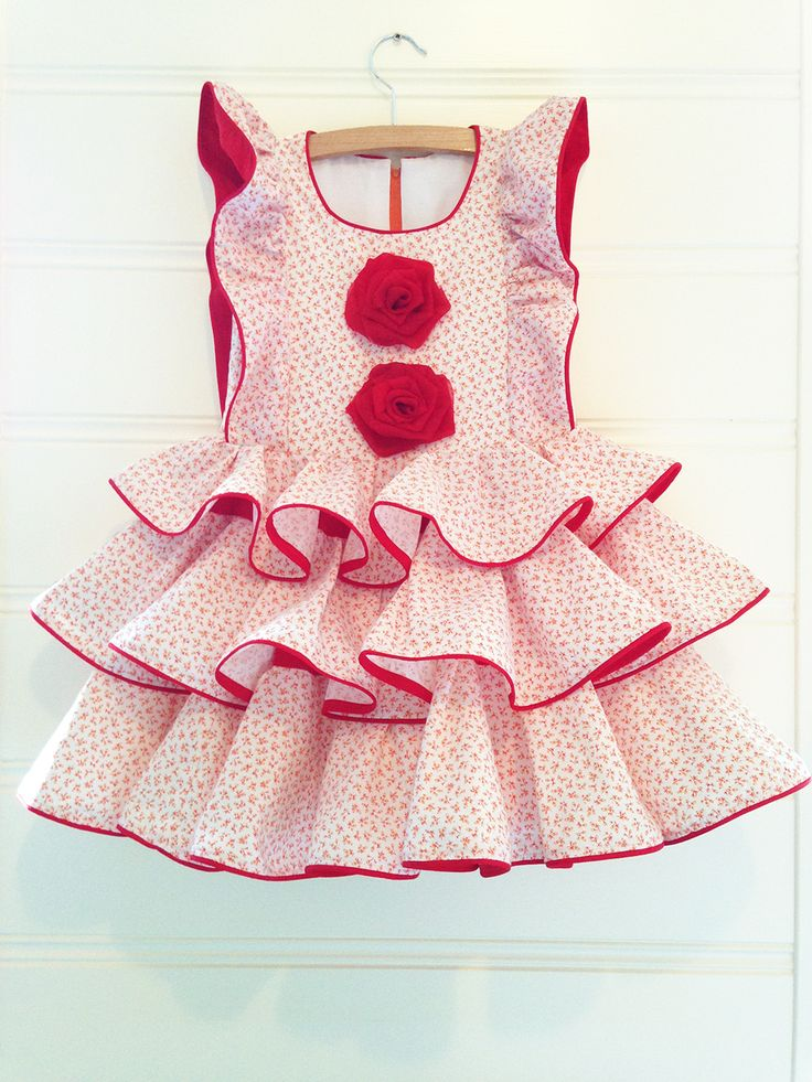 Cute dress with tiny flowers and big flamenco accents in EU size 104.