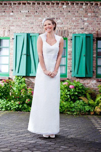 brautkleid mit kragen, gürtel und saum aus seidenorganza (http://www.noni-mode.de) pure white wedding dress in modern ankle-length with over-the-shoulder straps and collar made of silk organza.