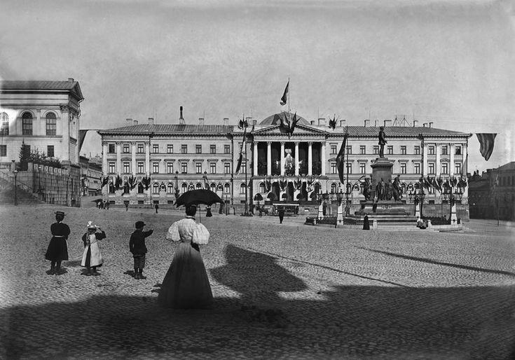 Carl Ludvig Engelin suunnittelemista rakennuksista tärkeimmät sijaitsevat Senaatintorilla. Eräs hänen suurimmista hankkeistaan oli 1820-luvulla valmistunut Senaatintalo (Valtioneuvoston linna). Senaatintalon julkisivu koristeltuna keisari-suuriruhtinas Nikolai II:n kruunajaispäivänä 26.5.1896.