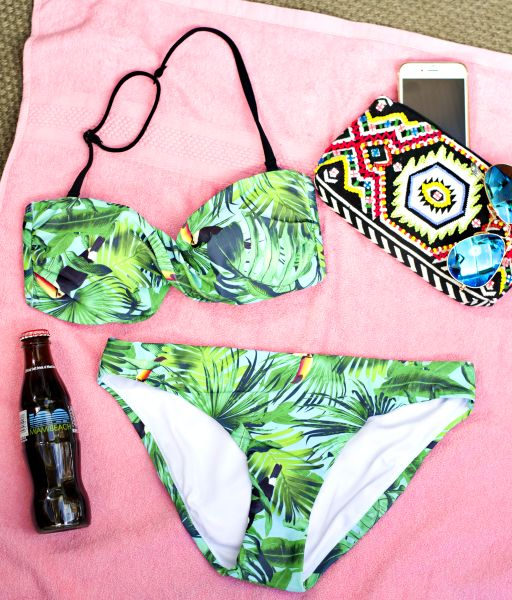 Geniet van de zon in deze tropische bikini van HEMA