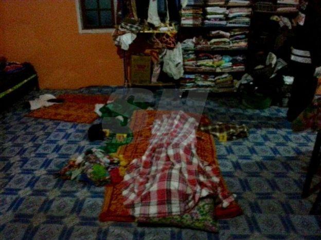 Anak jumpa ibu diikat kain sarung dibunuh penyamun   Seorang wanita warga emas maut dalam keadaan terikat kaki tangan dan mulut dipercayai dibunuh selepas disamun di Kampung Kuala Gris Dabong Kuala Krai awal pagi tadi.  Anak jumpa ibu diikat kain sarung dibunuh penyamun  Mayat ibu tunggal berusia 60 tahun terbabit ditemui di ruang tamu rumah oleh anak lelakinya berusia 35 tahun pada jam 1.30 pagi.  Ketua Polis Kelantan Datuk Dr Ab Rahman Ismail berkata anak mangsa yang pulang selepas…