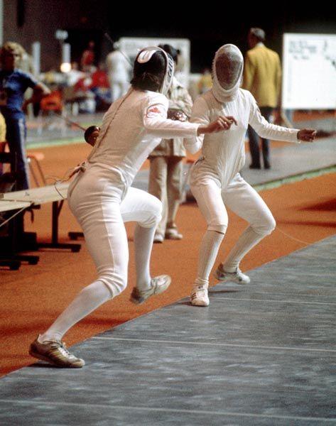 Chantal Payer du Canada (gauche) participe en escrime aux Jeux olympiques de Montréal de 1976. (Photo PC/AOC)