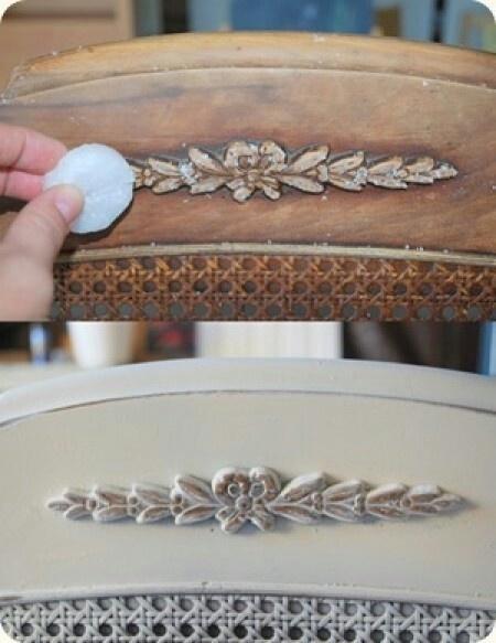 Wanneer je een oude stoel wilt opknappen en het oude effect wilt behouden, smeer hem dan eerst op bepaalde plekken met kaarsvet in en verf hem dan.