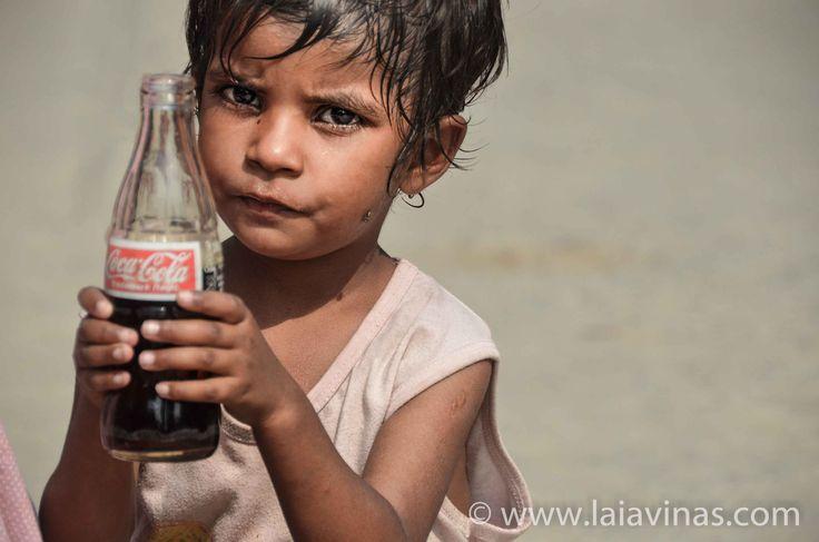 En las afueras del Golden Temple, cada día se venden CocaColas a lo que para nosotros serían 0,03€…. es un tesoro para mi niña bonita :-)   #RTW #nikon #TTOT  #TravelAddict #india #asia #oneyeartrip  https://laiavinas.com/reportajes/viajes/india-2015/
